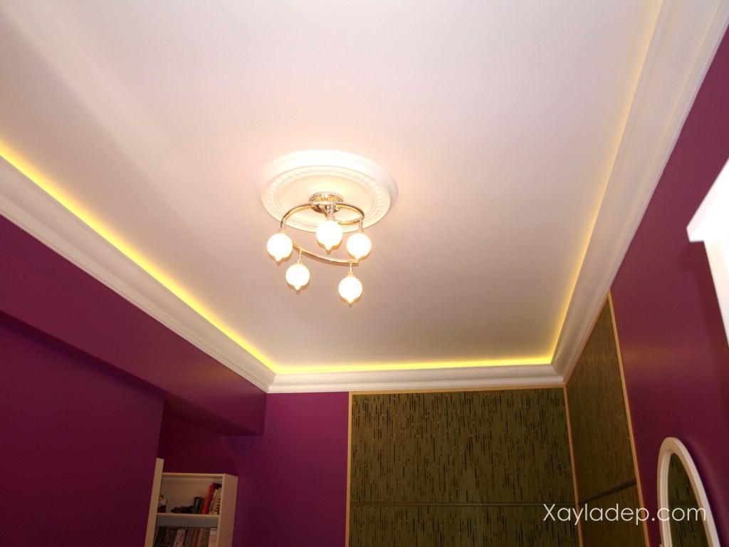 08 | Màu sơn trắng và đèn hắt màu vàng là sự kết hợp hoàn hảo