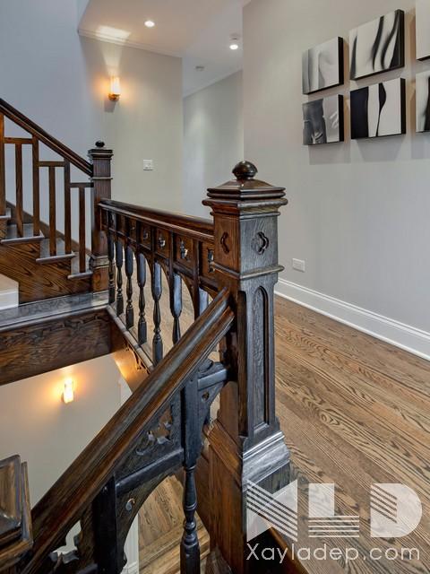 Mẫu cầu thang này không sử dụng quá nhiều chi tiết cầu kỳ chúng kết hợp cả con tiện với các thanh chắn vuông vức để tạo nên một điểm nhấn cho cầu thang cũng như toàn bộ căn nhà.