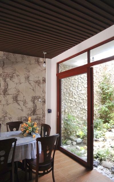 Phòng ăn ngay cạnh khu vườn nhỏ.