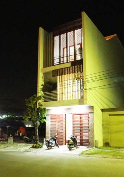 Hình ảnh ngôi nhà vào buổi tối.
