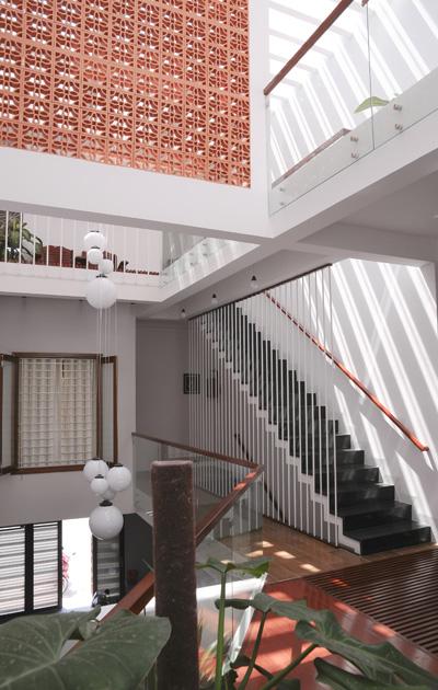Ánh sáng và bóng đổ trang trí cho ngôi nhà thêm lung linh. Đó là chất liệu động biến chuyển tùy thời điểm, tạo nên những góc không gian thú vị.