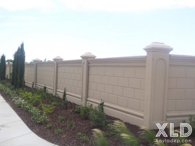 """Bức tường rào này được thiết kế theo kiểu truyền thống, nó được xây gạch sau đó trát vữa và tạo ô như những viên gạch lớn. Một căn hộ với diện tích đất xung quanh lớn nên sử dụng nó để đảm bảo sự an toàn cũng như tránh sự """"nhòm ngó"""""""