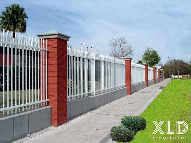 Mẫu hàng rào này mang tính đặc trưng của Việt Nam, với trụ bê tông và làm hoa sắt.Với thiết kế đơn giản nhưng vẫn đảm bảo tính thống nhất và an toàn