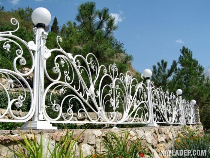 Hình 24: Một mẫu hàng rào sắt nghệ thuật được lắp đặt trên vách đá