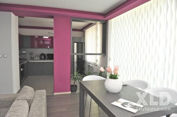 Ngăn cách giữa phòng bếp và phòng khách chính là chiếc vách ngăn mở, khu vực vách ngăn được trang tri bởi những chậu cây cảnh với dụng ý mang thiên nhiên vào trong cuộc sống