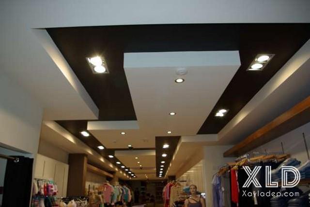 4. Mẫu trần thạch cao cửa hàng quần áo đẹp