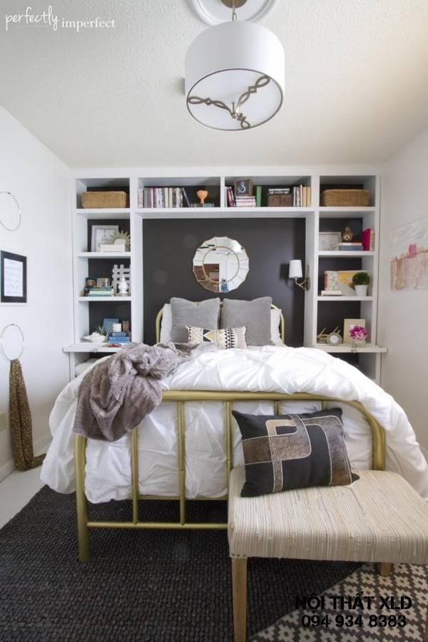 Mẫu phòng ngủ nhỏ này tận dụng bức tường phía đầu giường cộng với kệ đồ để tạo nên một thiết kế hoàn hảo khi bạn muốn lưu trữ thật nhiều vật dụng trang trí cho phòng ngủ