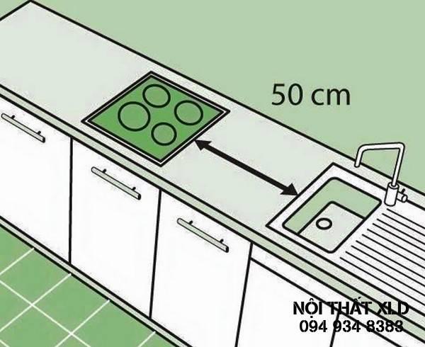 Bếp và bồn rửa cần cách xa nhau ít nhất 50 cm để đảm bảo an toàn và tiện lợi khi chế biến thức ăn.