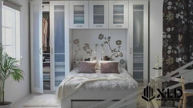 Phòng ngủ này chỉ khoảng 9m2 nhưng được tận dụng tối đa diện tích phía trên đầu giường làm giá sách, tone màu trắng vẫn là chủ đạo của toàn bộ căn phòng