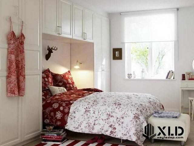 Gần như tương tự với phòng ngủ phía trên, phòng ngủ nhỏ này khoảng 10m2 nhưng được trang bị đầy đủ 2 tủ quần áo, bàn trang điểm... Điểm nhấn chính là bộ chăn ga trải giường kèm với cửa sổ lớn làm cho diện tích của phòng ngủ tăng lên đáng kể