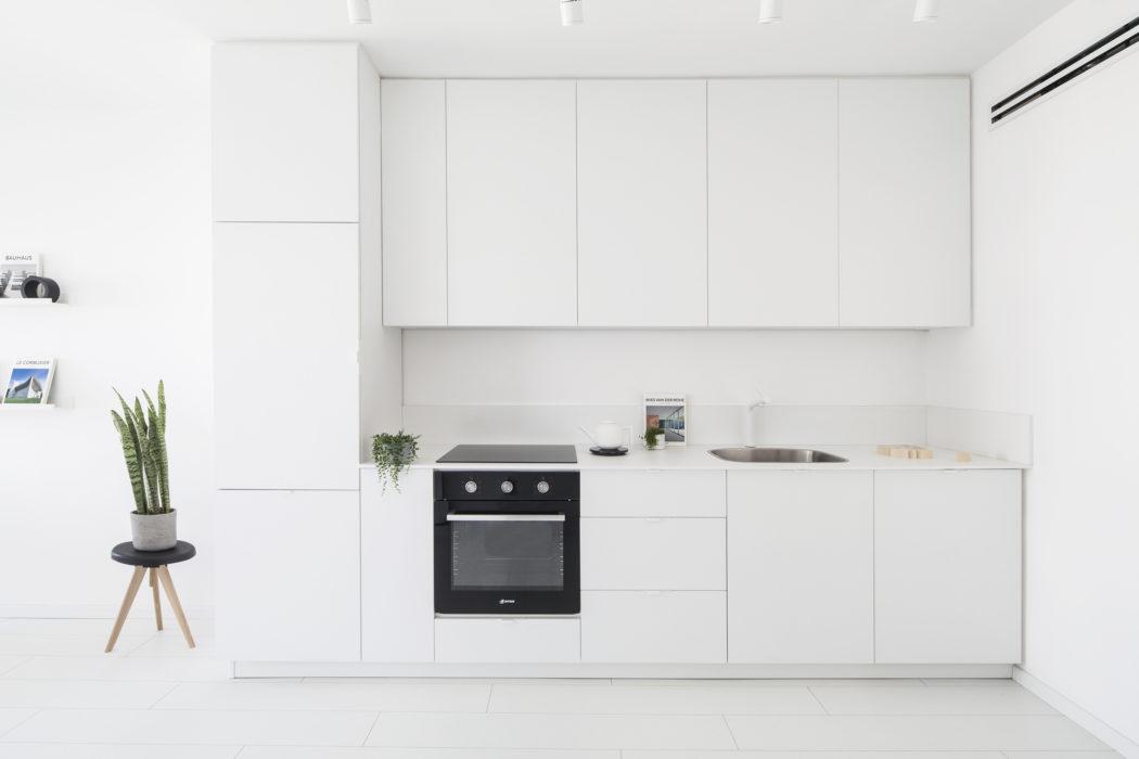 4 | Tủ bếp cũng sử dụng màu trắng để tăng diện tích