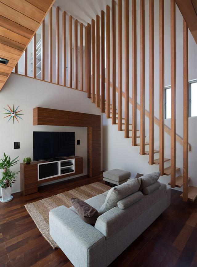 13 | Những thanh gỗ tự nhiên thẳng đứng luôn đồng bộ với thiết kế của bạc cầu thang