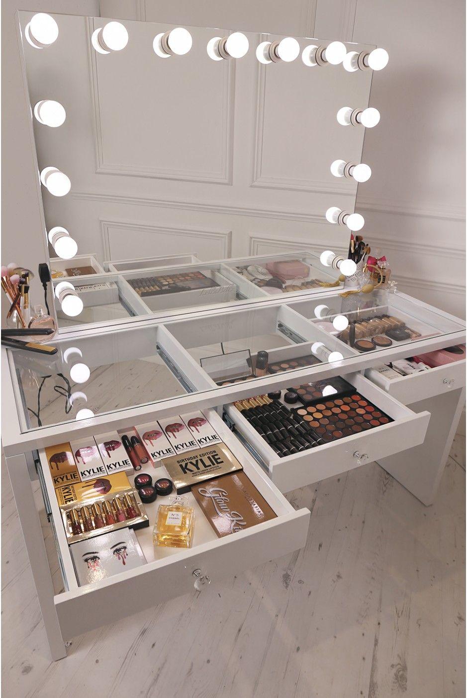 1 | Mẫu bàn trang điểm với bóng đèn gắn lên gương