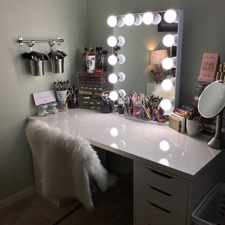 10 | Mẫu bàn phấn màu trắng có đèn và gương