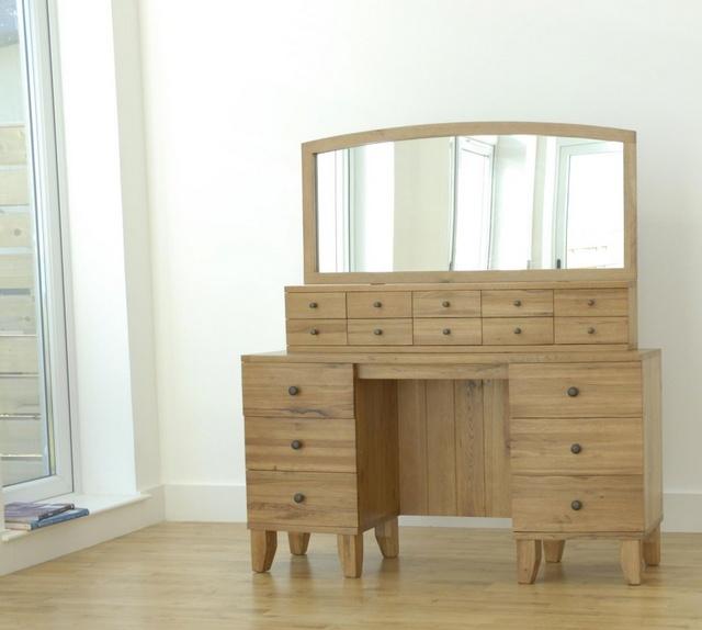 Mẫu 17: bàn trang điểm gỗ tự nhiên