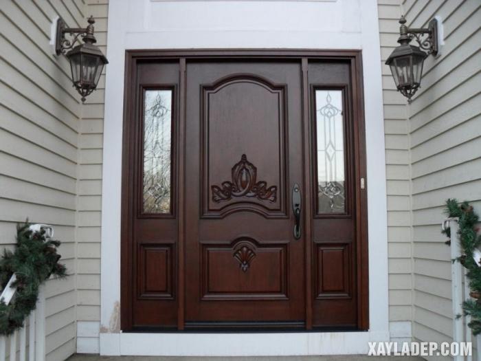 Mẫu cửa chính 3 cánh với hoa sắt và kính trắng