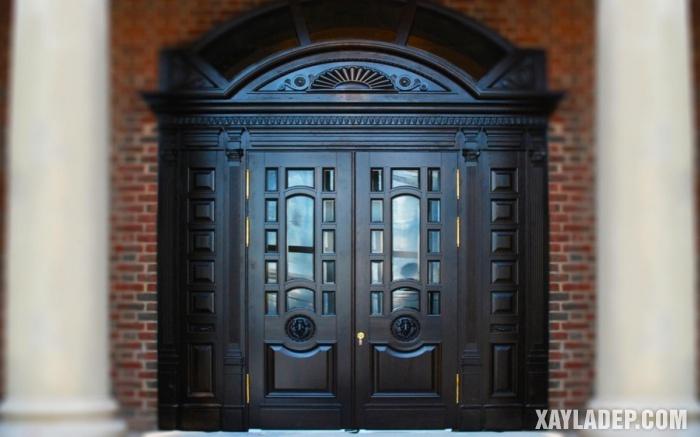 Một mẫu cửa chính 4 cánh gỗ sơn màu đen theo phong cách cổ điển