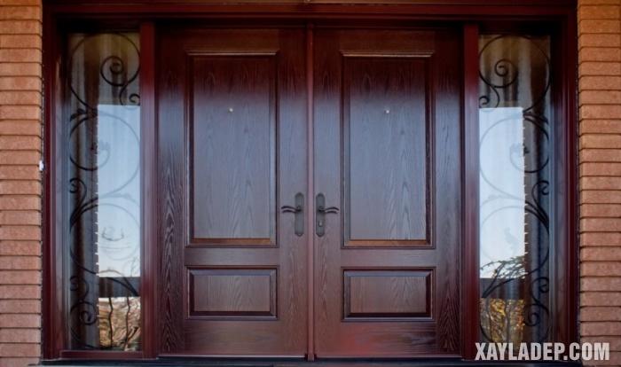 Một mẫu cửa gỗ 4 cánh với 2 cánh kính được đi kèm hoa sắt trang trí