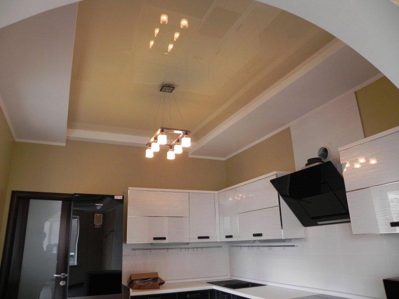 Mẫu trần thạch cao đơn giản cho phòng bếp với đèn chùm