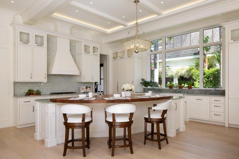 Mẫu trần thạch cao tân cổ điển phòng bếp với đèn chùm màu vải lanh