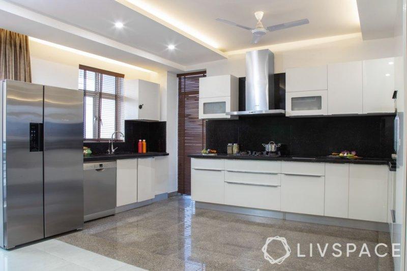 Căn bếp hiện đại với trần nhà được thiết kế đơn giản