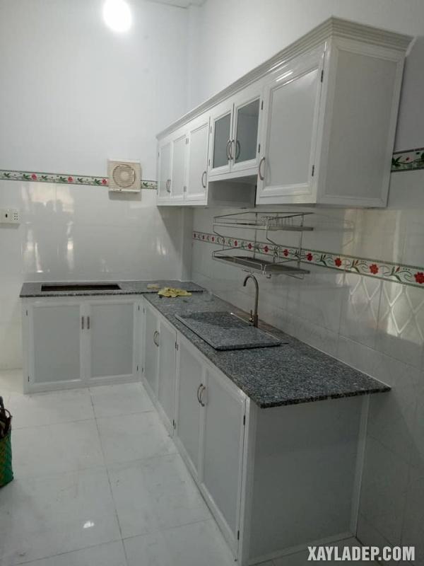 Mẫu tủ bếp nhôm kính treo tường trắng sứ