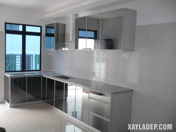 Không gian nhỏ nên sử dụng tủ màu trắng sứ hoặc bóng gương