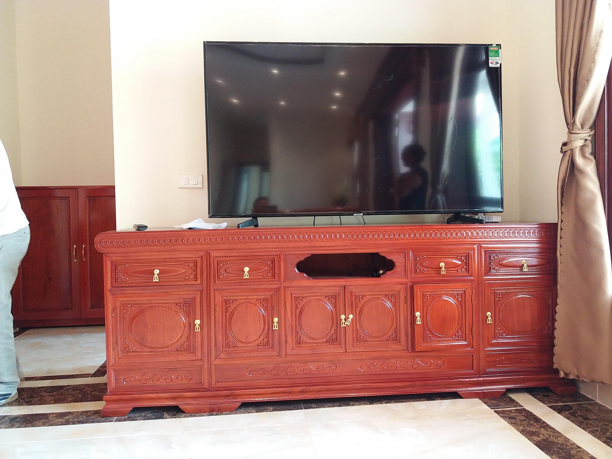 Cách chọn kệ tivi phù hợp với không gian phòng khách mau ke tivi go tu nhien dep 11
