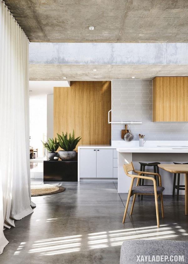Bê tông với lớp hoàn thiện thô cho trần mang lại cho ngôi nhà một cái nhìn độc đáo