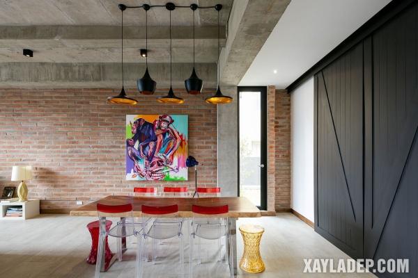 Phòng ăn tuyệt đẹp với ánh sáng Tom Dixon, phông nền tường gạch và trần bê tông