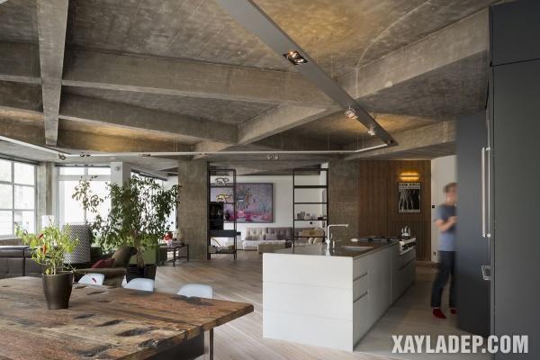Phòng khách của một căn hộ ở London với trần bê tông