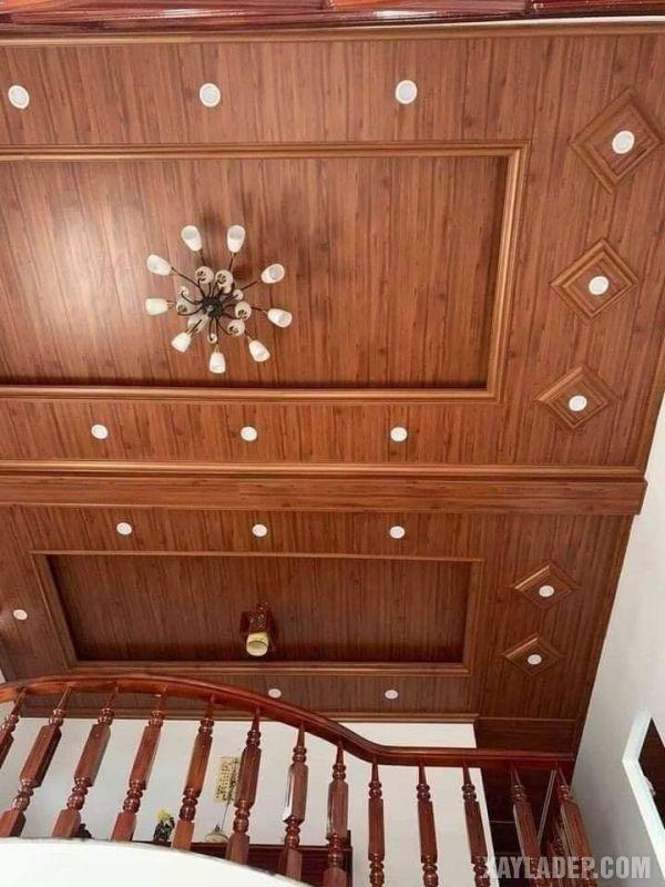 Mẫu trần nhựa giả gỗ trang trí cầu kỳ với đèn chùm và đèn led âm trần màu trắng
