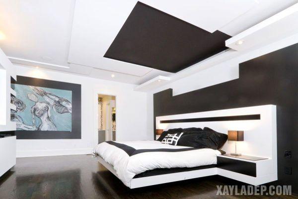 Mẫu trần thạch cao phòng ngủ vợ chồng đẹp màu nâu đen làm điểm nhấn