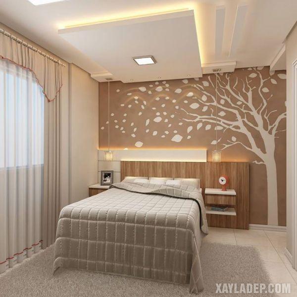 Mẫu trần thạch cao phòng ngủ đơn giản được bố trí 2 chiếc đèn mặt dây chuyền cạnh giường