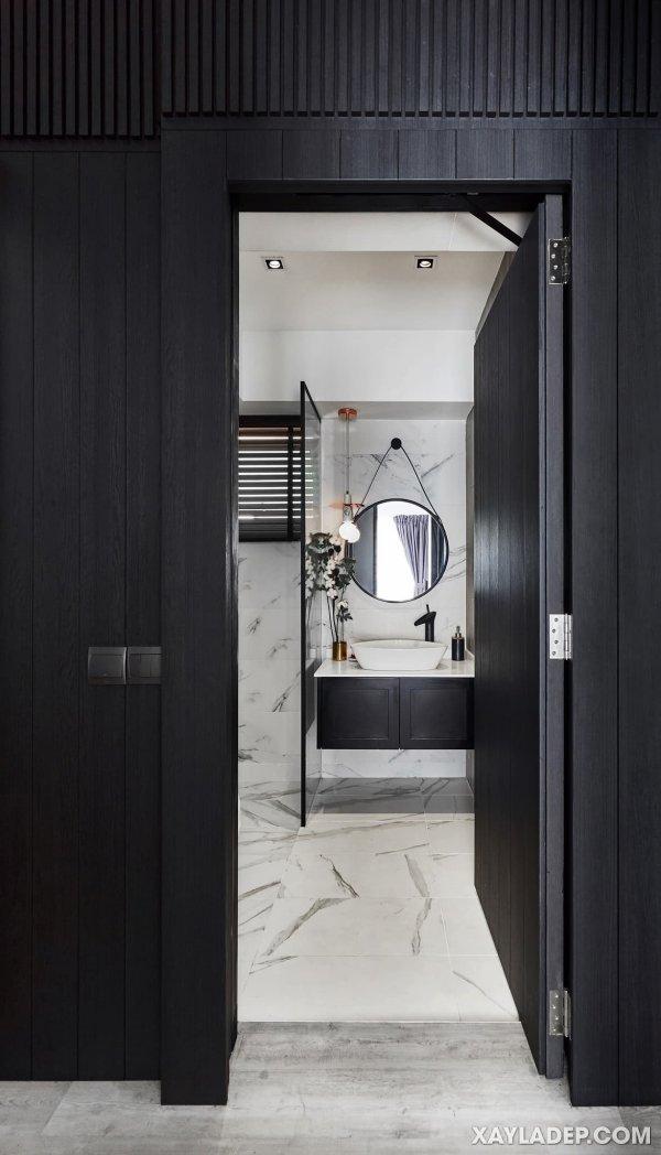 Được ốp hoàn toàn bằng gạch trông giống như đá cẩm thạch, phòng tắm này là một bức tranh của sự sang trọng vượt thời gian.