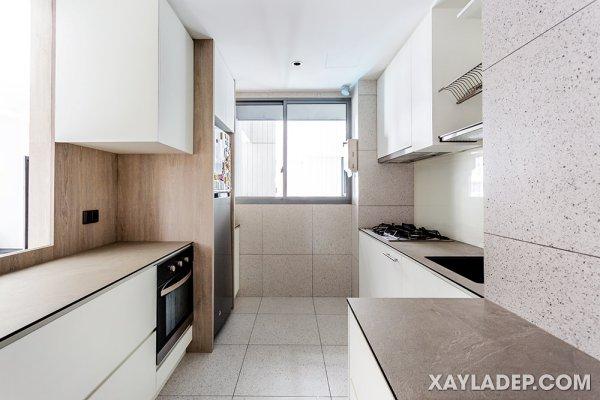 Gạch terrazzo lốm đốm phủ lên tường và sàn trong nhà bếp này.