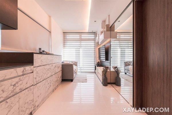 Gạch lát nền bóng cùng với cửa gương có chiều cao sát trần giúp đón ánh sáng xung quanh căn hộ chung cư nhỏ này.