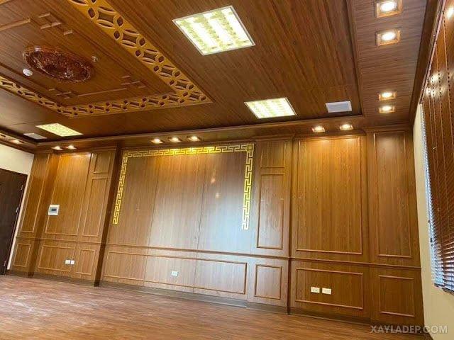 Mẫu trần nhựa composite vân gỗ cho phòng khách lớn sang trọng