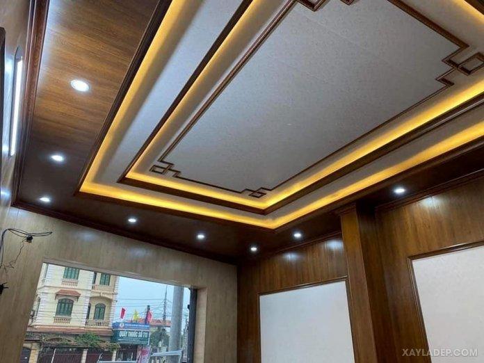 Mẫu trần nhựa composite vân gỗ cho phòng khách nhà ống