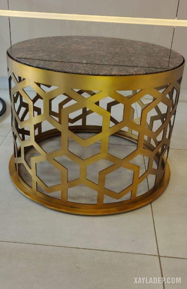Một mẫu bàn nội thất với phần khung sử dụng inox màu gold