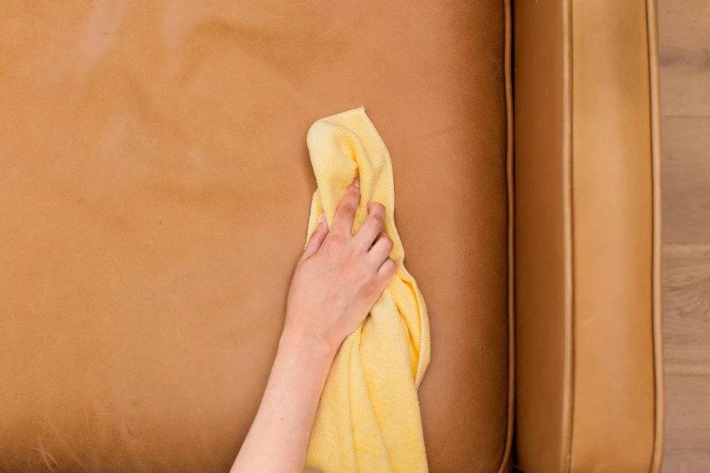 Chiếc khăn vải sợi nhỏ lau trên ghế da màu nâu