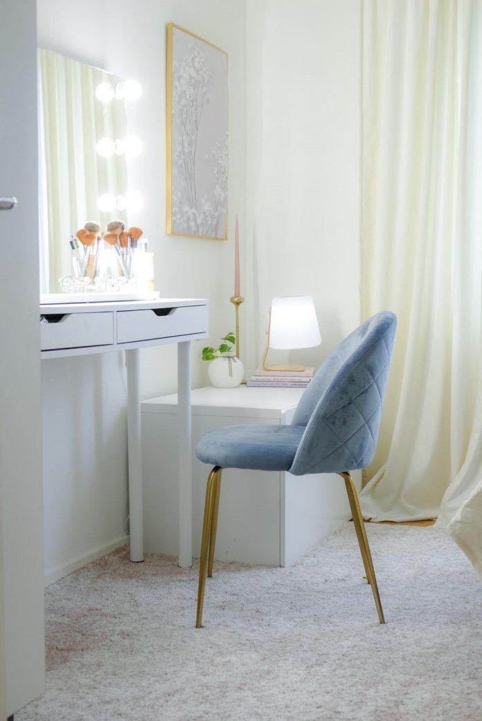 Phòng thay đồ với gương kiểu Hollywood kèm đèn chiếu sáng và ghế ngồi nhung Heather từ Cult Furniture
