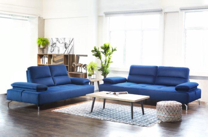 Bàn trà được đặt ở trung tâm bộ ghế sofa phòng khách