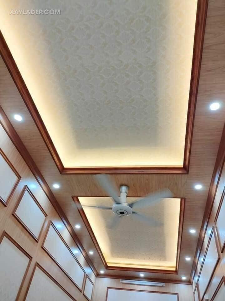 Mẫu trần nhựa giả gỗ cho phòng khách nhà ống dài và hẹp