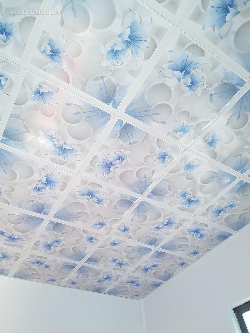 Mẫu trần nhựa thả cho phòng ngủ đơn giản với màu hoa xanh