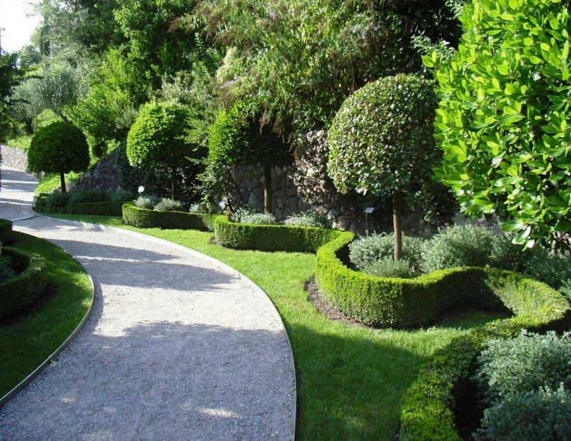 Lối đi bộ cong trong khu vườn trang trọng