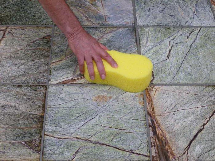 làm sạch gạch bằng miếng bọt biển chà ron