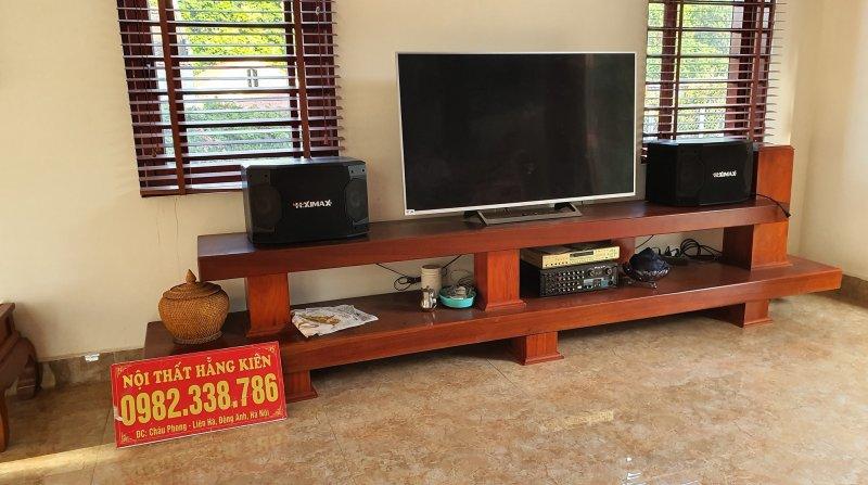 Mẫu kệ để tivi được làm từ các tấm gỗ nguyên khối