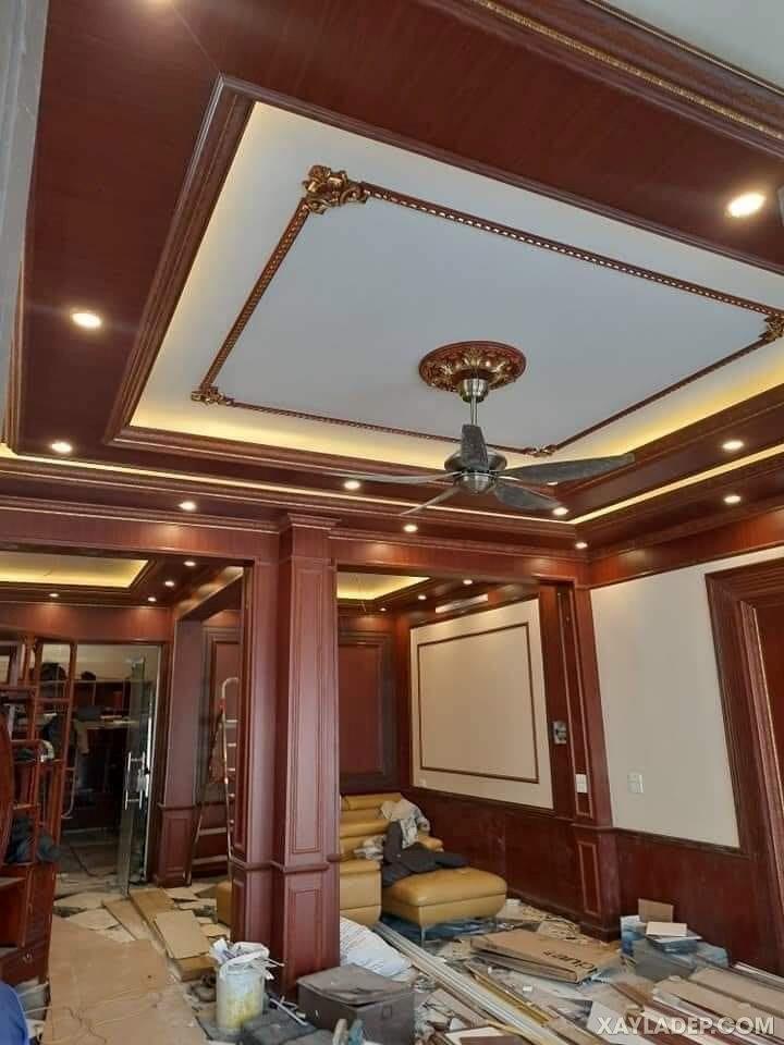 38   Hình ảnh một phòng khách sang trọng lựa chọn trần nhựa giải gỗ gụ đặc biệt