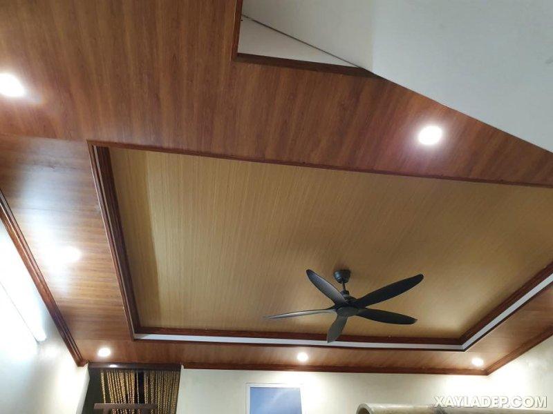 28   trần nhà bằng nhựa giả gỗ kết hợp quạt trần màu đen nhám
